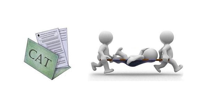 O Conselho Nacional de Previdência Social (CNPS) aprovou mudanças no chamado Fator Acidentário de Prevenção (FAP), qie incide sobre a alíquota do seguro acidente de trabalho pago pelas empresas. Uma das principais alterações foi a exclusão dos acidentes de trajeto da fórmula de cálculo, atendendo a uma reivindicação do setor produtivo. Também foram retirados da conta acidentes de trabalho que não geraram concessão de benefícios, exceto no caso de óbitos. As novas regras entram em vigor no próximo ano, com efeito para os empregadores em 2018.     A partir de 2018, o bloqueio de bonificação por morte ou invalidez continuará valendo. No entanto, esse bloqueio só valerá durante o ano em que ocorreu o acidente e os sindicatos não terão mais a prerrogativa de desbloquear a bonificação. O FAP começou a funcionar em 2010 como um mecanismo para incentivar os empregadores a investir em ações para prevenir acidentes de trabalho. Dessa forma, a empresa que ficar acima da média do setor em número de ocorrências é penalizada com majoração da alíquota (que varia entre 1% e 3%, de acordo com o risco da atividade). Já quem ficar abaixo é bonificado. Segundo o diretor do Departamento de Políticas de Saúde e Segurança Ocupacional da Secretaria de Previdência, Marco Pérez, as novas regras não alteram o conceito de acidente de trabalho, não afetam as obrigações patronais e nem a concessão de benefícios. O Conselho é formado por representantes do governo, dos empregadores e trabalhadores. As centrais sindicais são contra as mudanças.