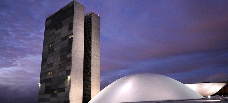 BIE - Fachada do Palácio do Congresso Nacional, a sede das duas Casas do Poder Legislativo brasileiro, durante o amanhecer do dia.  As cúpulas abrigam os plenários da Câmara dos Deputados (côncava) e do Senado Federal (convexa), enquanto que nas duas torres - as mais altas de Brasília, com 100 metros - funcionam as áreas administrativas e técnicas que dão suporte ao trabalho legislativo diário das duas instituições.  Obra do arquiteto Oscar Niemeyer.